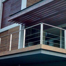 Tratamiento en fachada y otros elementos de madera en una casa